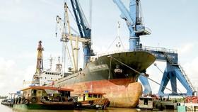 Tàu vào bốc dỡ hàng tại cảng Sài Gòn - Hiệp Phước, huyện Nhà Bè. Ảnh: CAO THĂNG