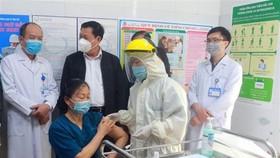 Mũi tiêm phòng vaccine COVID-19 đầu tiên tại Quảng Ninh được tiêm cho bác sỹ Trần Thị Minh Lý, Phó Giám đốc Bệnh viện Sản Nhi Quảng Ninh. (Ảnh: Bùi Đức Hiếu/TTXVN)