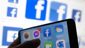 Biểu tượng Facebook trên màn hình điện thoại di động. (Nguồn: AFP/TTXVN)