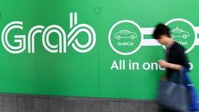 Biểu tượng hãng gọi xe công nghệ Grab tại văn phòng ở Singapore. (Ảnh: AFP/TTXVN)