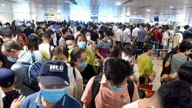 """""""Biển người"""" chen chúc trước cửa khu vực an ninh soi chiếu tại nhà ga quốc nội, sân bay Tân Sơn Nhất trưa 18-4 - Ảnh: DUYÊN PHAN"""