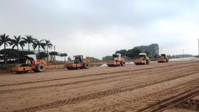 Nhà thầu thi công một đoạn tuyến cao tốc Bắc-Nam. (Ảnh: Việt Hùng/Vietnam+)