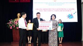 Ông Nguyễn Nam Hiền - Phó Tổng Giám đốc Tập đoàn Hưng Thịnh trao bảng tượng trưng ủng hộ 50 tỷ đồng kinh phí mua vaccine phòng ngừa Covid-19 cho bà Tô Thị Bích Châu - Ủy viên Ban Thường vụ Thành ủy, Chủ tịch Ủy ban MTTQ Việt Nam TPHCM