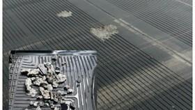 Hình ảnh bê tông trên mặt đường băng 25R bị bong bật được nhân viên kỹ thuật thu gom.