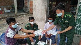 Lực lượng biên phòng tỉnh Long An tăng cường công tác tuyên truyền, nâng cao ý thức chống dịch COVID-19 đối với người dân khu vực biên giới - Ảnh: AN LONG