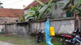 Hà Nam: Lực lượng chức năng phong tỏa và phun khử khuẩn nơi ở của ca nhiễm COVD-19. (Ảnh: Nguyễn Chinh/TTXVN)
