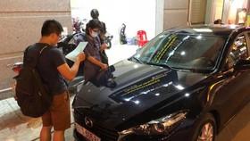 Kiểm tra xe trước khi ký thuê ôtô tự lái dịp tết tại một doanh nghiệp ở TP.HCM - Ảnh: C.TRUNG