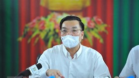 Chủ tịch Ủy ban Nhân dân thành phố Hà Nội Chu Ngọc Anh chỉ đạo trực tuyến với Bệnh viện Bệnh Nhiệt đới Trung ương (cơ sở 2). (Ảnh Minh Đức/TTXVN)