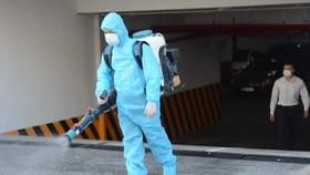 Nhân viên y tế phun khử khuẩn tại quán bar New Phương Đông. (Ảnh: Văn Dũng/TTXVN)
