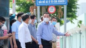 Chủ tịch Hà Nội Chu Ngọc Anh đang ở Bệnh viện K. Trong ảnh: ông Ngọc Anh đang trao đổi với thứ trưởng Bộ Y tế Trần Văn thuấn - Ảnh: NAM TRẦN