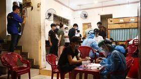 Điều tra dịch tễ, lấy mẫu xét nghiệm COVID-19 cho nhân viên quán nướng ngói Bảo Lộc, 160 Phạm Văn Đồng, quận Gò Vấp vì bệnh nhân tái dương tính ở quận 3 từng đến đây lúc 18h45 đến 20h30 ngày 4-5 - Ảnh: NHẬT THỊNH