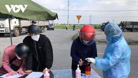 Lực lượng chức năng tỉnh Bắc Ninh kiểm tra thân nhiệt và yêu cầu khai báo y tế tại điểm chốt cấp tỉnh tại huyện Thuận Thành.