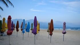 Bãi biển Sơn Trà, TP Đà Nẵng không một bóng người do TP hạn chế các hoạt động không thiết yếu nhằm chống dịch COVID-19 - Ảnh: TẤN LỰC