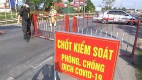 Lực lượng chức năng chốt tại cửa ngõ ra vào trên địa bàn huyện Thuận Thành. (Ảnh: Đinh Văn Nhiều/TTXVN)