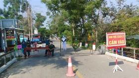 Lực lượng chức năng chốt chăn tại xã Phong Hòa, huyện Phong Điền, Thừa Thiên-Huế. (Ảnh: Tường Vi/TTXVN)
