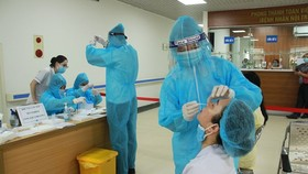 Các nhân viên y tế Bệnh viện Hữu Nghị tiếp xúc với F0 âm tính lần 1