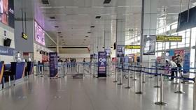 Do ảnh hưởng của dịch COVID-19, sân bay Nội Bài có những thời điểm nhà ga vắng hành khách đi máy bay. (Ảnh: CTV/Vietnam+)