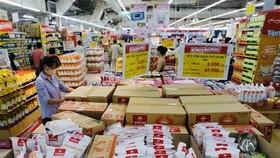 Khách mua sắm tại siêu thị Big C Thăng Long. (Ảnh: Trần Việt/TTXVN)