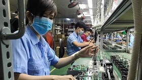 35% doanh nghiệp tư nhân và 22% doanh nghiệp FDI đã phải cho người lao động nghỉ việc do ảnh hưởng bởi COVID-19. Ảnh minh họa. (Nguồn: TTXVN)