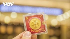 Giá vàng trong nước tiếp tục giảm, lùi về sát mốc 56 triệu đồng/lượng