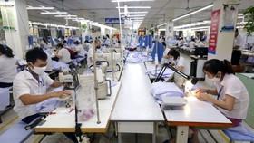 Giữ khoảng cách an toàn cho người lao động trong dây chuyền sản xuất của Tổng Công ty May 10.