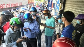 Khai báo y tế tại chốt Phan Văn Trị - Phạm Văn Đồng (Gò Vấp) sáng 31-5. Ảnh: LÊ PHAN