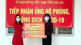 Đại diện Tập đoàn T&T Group trao hỗ trợ cho đại diện Uỷ ban MTTQ Việt Nam tỉnh Gia Lai
