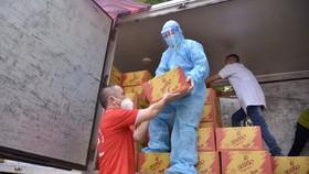Các tổ chức, nhà hảo tâm hỗ trợ nhu yếu phẩm tới công nhân tại một khu cách ly tại Bắc Giang - Ảnh: TỬ VĂN