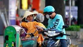 TP.HCM sẽ hỗ trợ cho người bán vé số lưu động, người buôn gánh bán bưng bị ảnh hưởng bởi dịch Covid-19