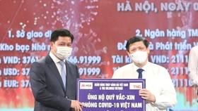 Đại diện Tập đoàn TNG Holdings Vietnam và MSB ủng hộ 30 tỷ cho Quỹ vắc xin phòng chống Covid-19