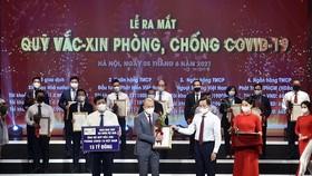 Ông Nguyễn Anh Tuấn, Phó Tổng Giám đốc - đại diện PVcomBank trao tặng 15 tỷ đồng cho quỹ