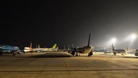 Máy bay của các hãng hàng không đắp chiếu tại sân bay Nội Bài do ảnh hưởng của dịch COVID-19. (Ảnh: CTV/Vietnam+)