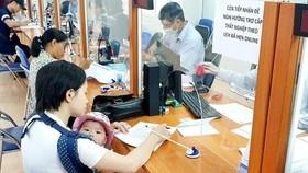 Lao động mất việc do COVID-19 làm hồ sơ hưởng bảo hiểm thất nghiệp. (Ảnh: PV/Vietnam+)