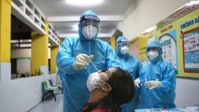 Lấy mẫu xét nghiệm COVID-19 cho người cư ngụ tại quận Gò Vấp, TP.HCM làm việc ở bên ngoài địa bàn quận - Ảnh: NHẬT THỊNH