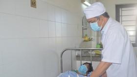 Bác sĩ chăm sóc cho nạn nhân sau khi phẫu thuật thành công