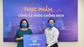 Bà Nguyễn Hương  TGĐ Đại Phúc Land đại diện Van Phuc Group trao tặng 100 tấn gạo tại chương trình - Ảnh: Tấn Thạnh