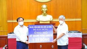 Thứ trưởng Bộ Xây dựng Nguyễn Văn Sinh trao tặng ủng hộ Quỹ Vaccine phòng Covid-19 số tiền 1 tỷ đồng.