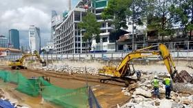 Thi công san lấp, tái lập hoàn trả mặt bằng nhà ga trung tâm Bến Thành. (Ảnh: TTXVN phát)