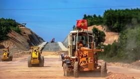 Một đơn vị nhà thầu đang thi công đoạn tuyến cao tốc Bắc-Nam.