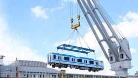 Toa xe đầu tiên của đoàn tàu số 4 được cẩu khỏi tàu vận chuyển Pulang Tala. (Ảnh: Tiến Lực/TTXVN)