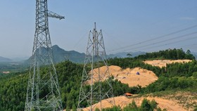 Lắp dựng cột trên địa bàn huyện Quảng Ninh, tỉnh Quảng Bình. (Ảnh: Ngọc Hà/TTXVN)