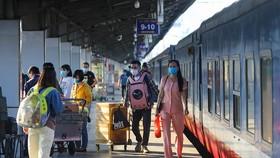 Khách đi tàu tại ga Sài Gòn tháng 2/2021. Ảnh: Quỳnh Trần.