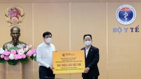 Ông Đỗ Quang Hiển, Chủ tịch HĐQT kiêm Tổng Giám đốc Tập đoàn T&T Group trao tặng toàn bộ bơm kim tiêm phục vụ chiến dịch tiêm 150 triệu liều vắc xin phòng COVID-19 cho GS.TS Nguyễn Thanh Long, Bộ trưởng Bộ Y tế.