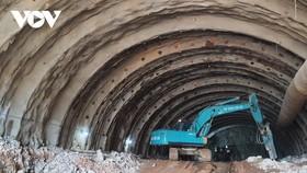 Đơn vị thi công đang khoan hầm trên tuyến cao tốc Bắc - Nam đoạn Mai Sơn - QL45.