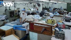 Công nhân Công ty Cổ phần may Bình Minh thực hiện cách giãn ở nhà xưởng sản xuất.