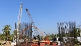 Nhà thầu thi công trên công trường dự án đầu tư xây dựng cầu Mỹ Thuận 2, thành phố Vĩnh Long, tỉnh Vĩnh Long. (Ảnh: Phạm Minh Tuấn/TTXVN)