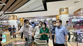 Phó Chủ tịch UBND thành phố Hà Nội Chử Xuân Dũng kiểm tra thực tế tại Trung tâm thương mại Aeon Mall Long Biên. (Nguồn: Hanoi.gov.vn)