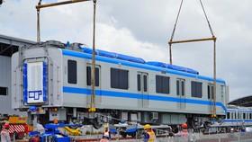 Đoàn tàu thứ 5 của Metro Số 1 được cẩu xuống đường ray tại depot Long Bình chờ lắp ráp hồi tháng 6. Ảnh: Gia Minh.