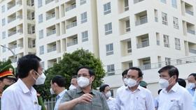 Thủ tướng Phạm Minh Chính thăm và chỉ đạo chống dịch tại Bệnh viện dã chiến thu dung số 3 TP.HCM - Ảnh: TỰ TRUNG