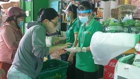 """Tại Co.op Food Chu Văn An, khách muốn mua thì tự lựa chọn sản phẩm trước cửa hoặc nói món cần mua để nhờ nhân viên """"đi chợ giúp"""" do bên trong và bên ngoài được ngăn cách - Ảnh: N.TRÍ"""